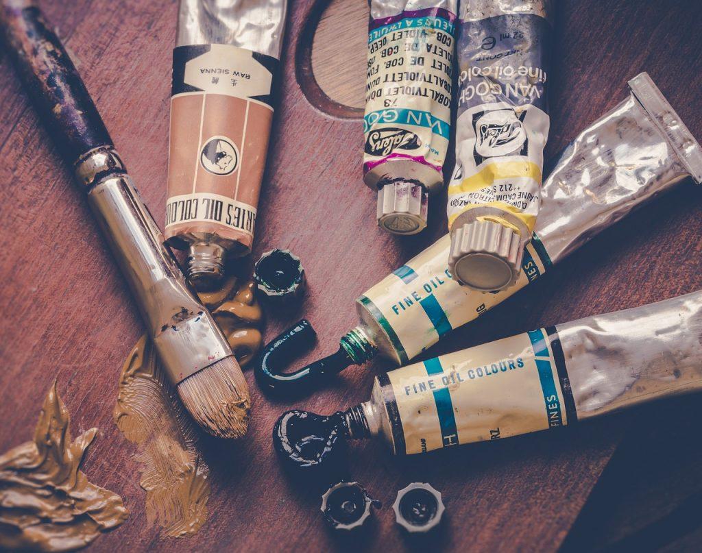 tubetti di colore e pennelli