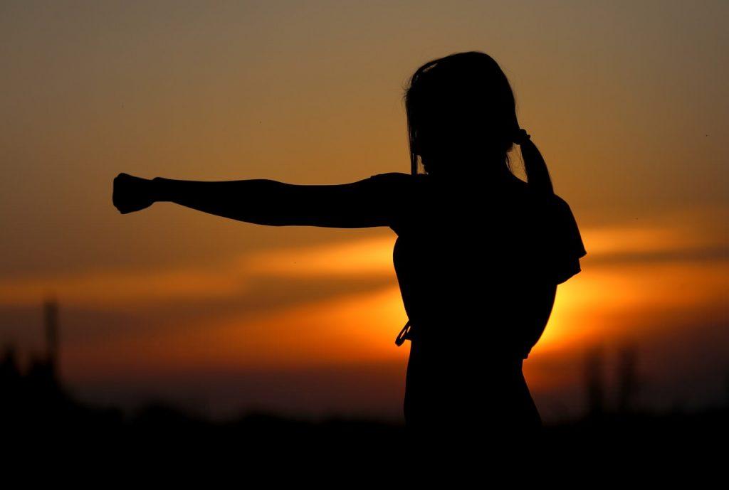 Ragazza che si allena al tramonto