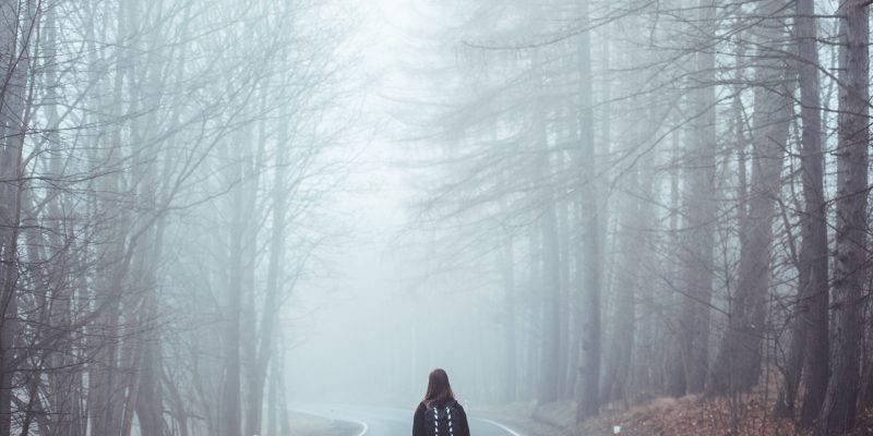 ragazza nella nebbia